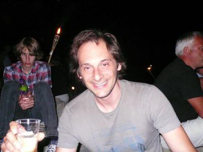 Tipičen primer srečnega štiridesetletnika in nesrečnega pubertetnika, 2008